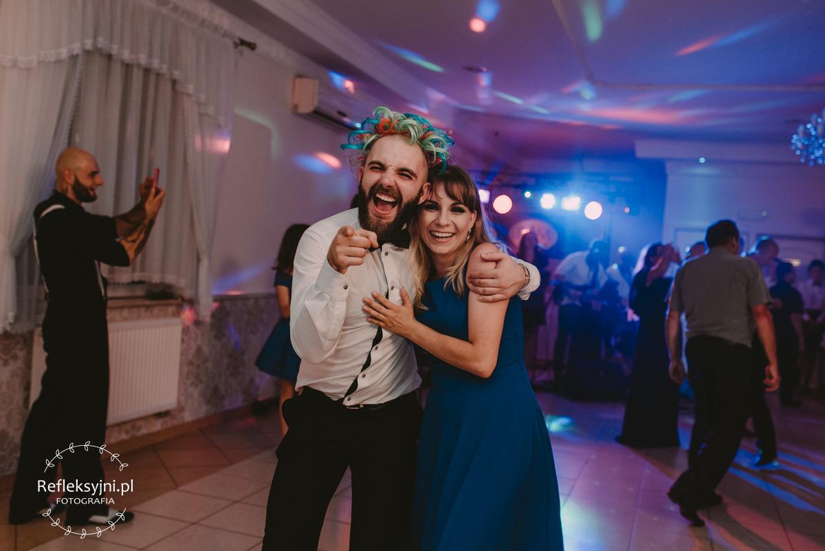 Przytulony mężczyzna i kobieta