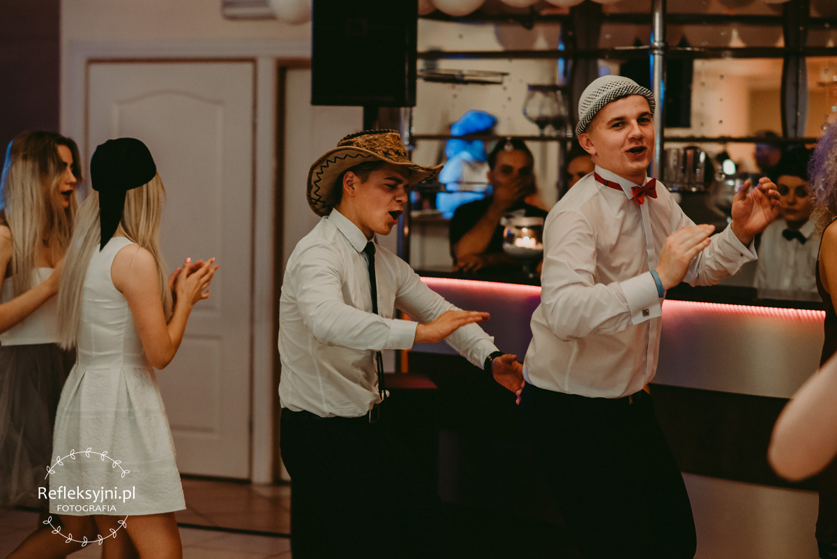 Tańczący mężczyźni
