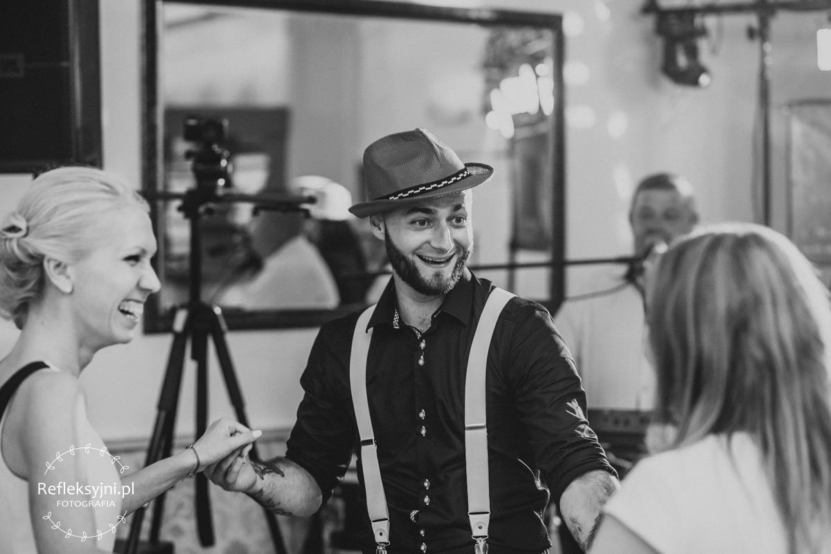 Mężczyzna w kapeluszu i szelkach