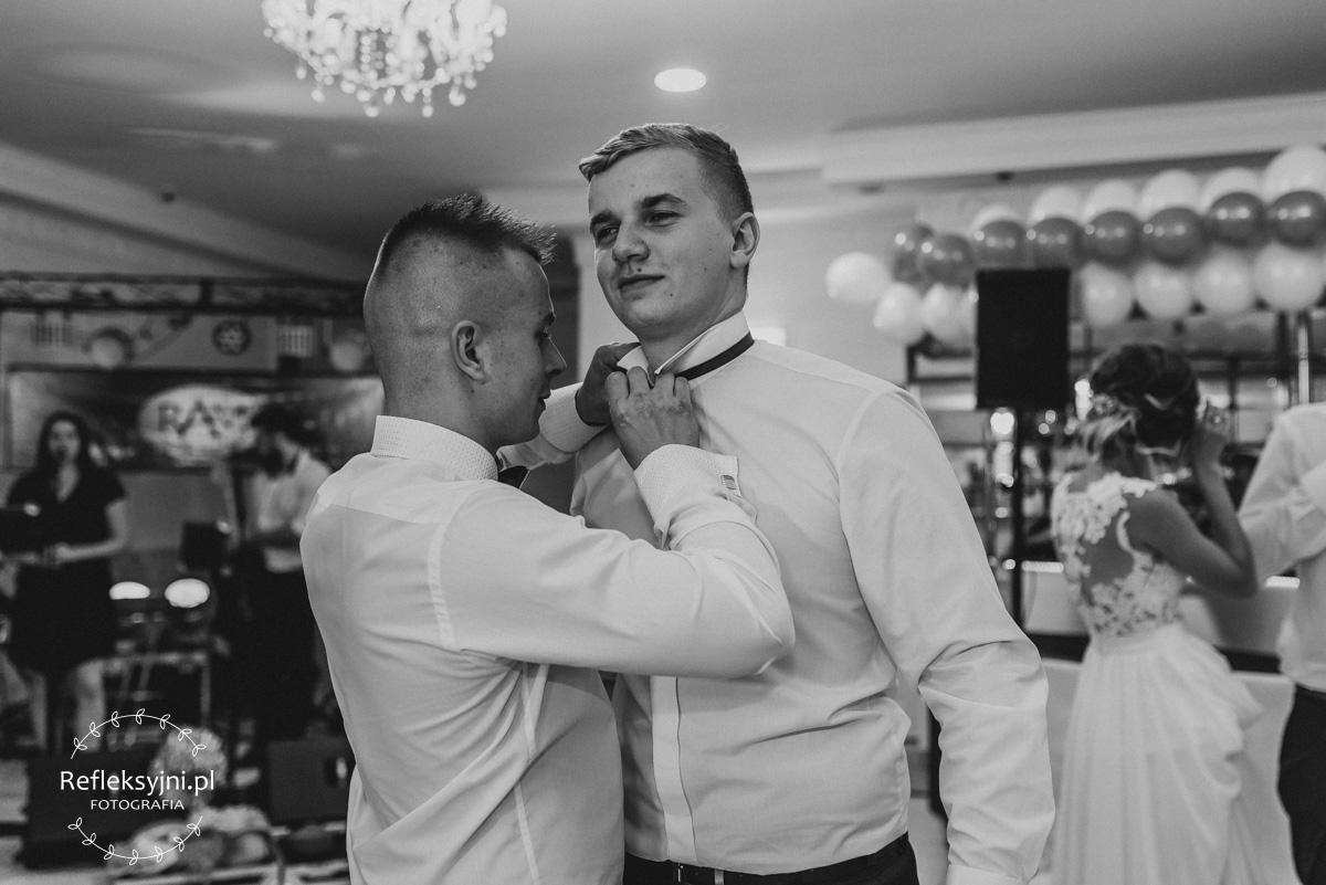Dwóch Panów zakłada muchę ślubną