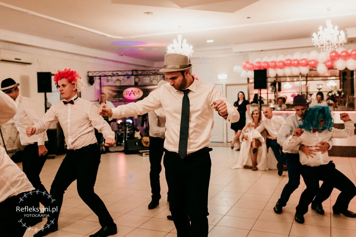 Czworo Panów podczas zabawy weselnej