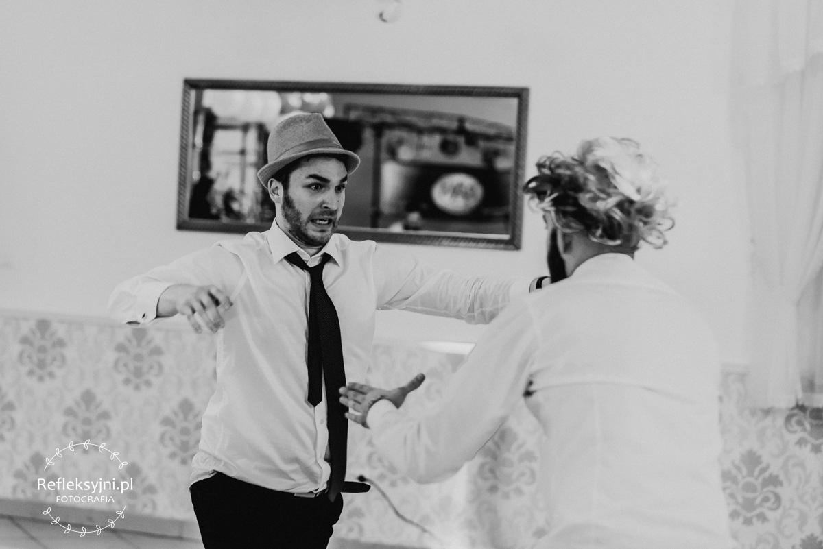 Panowie w kapeluszach na zabawie weselnej