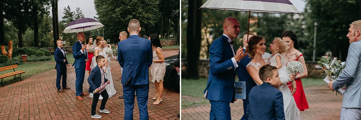 Państwo Młodzi w deszczu z parasolką