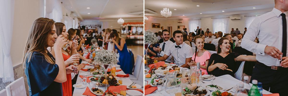 Rozbawieni goście na weselu wznoszą toast