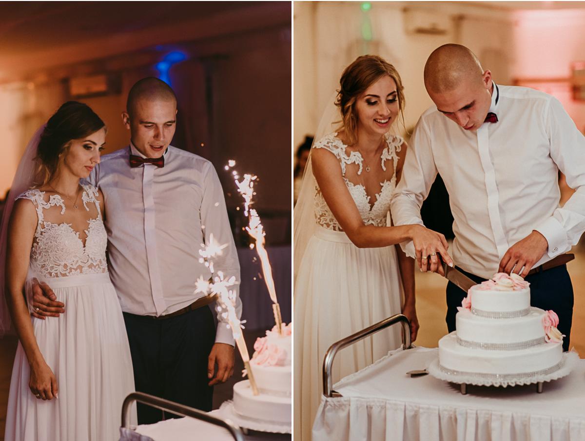 Państwo Młodzi kroją tort weselny