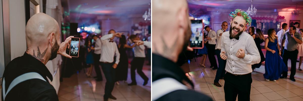 Pan nagrywa drugiego tańczącego telefonem