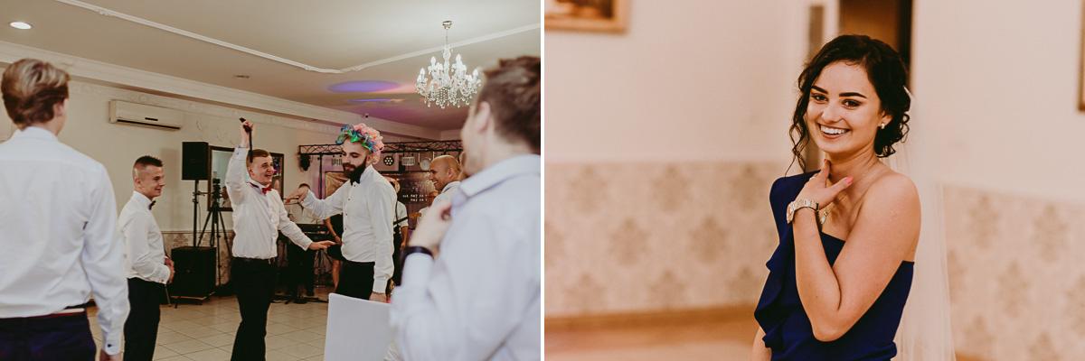 Goście łapiący muchę na weselu