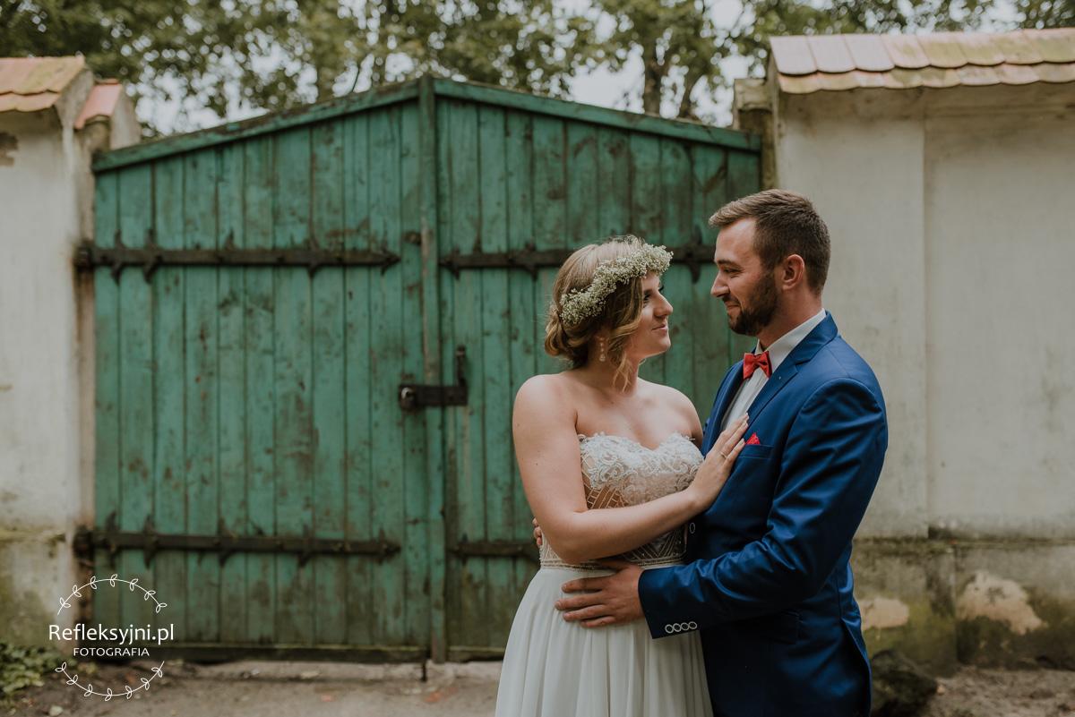 Para Młoda w romantycznej Arkadii i zielona brama