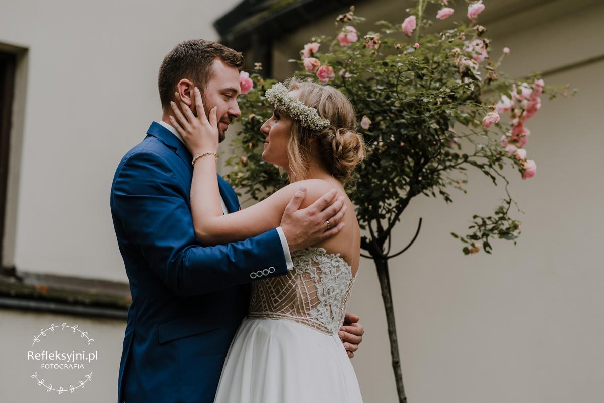 Sesja ślubna na tle róż
