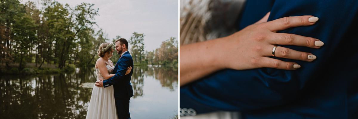 Obrączka ślubna i para Młoda