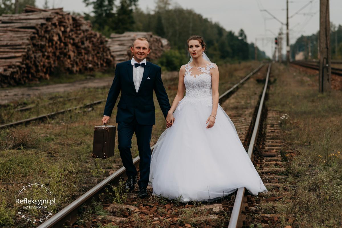 Sesja ślubna plenerowa tory kolejowe
