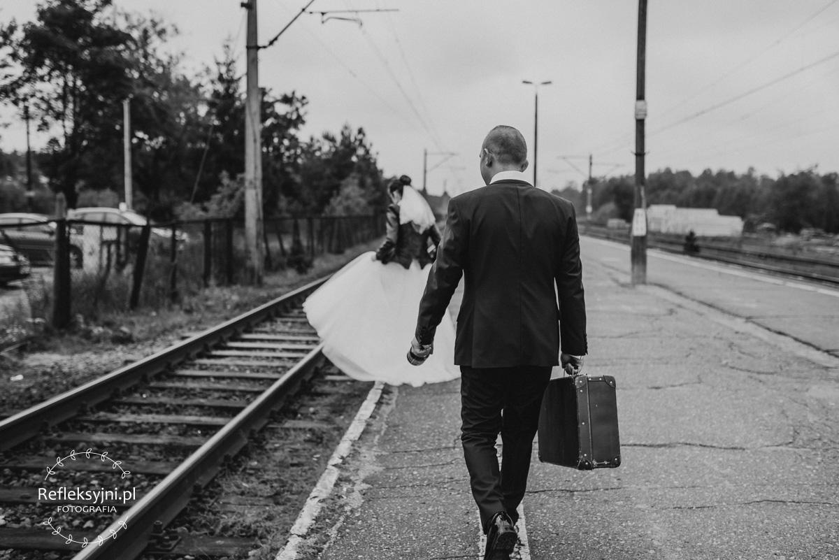 Sesja ślubna plenerowa dworzec kolejowy