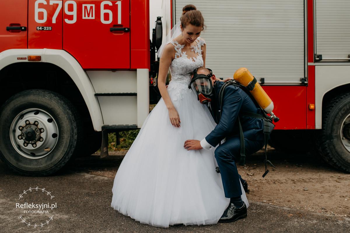 Sesja ślubna plenerowa straż pożarna