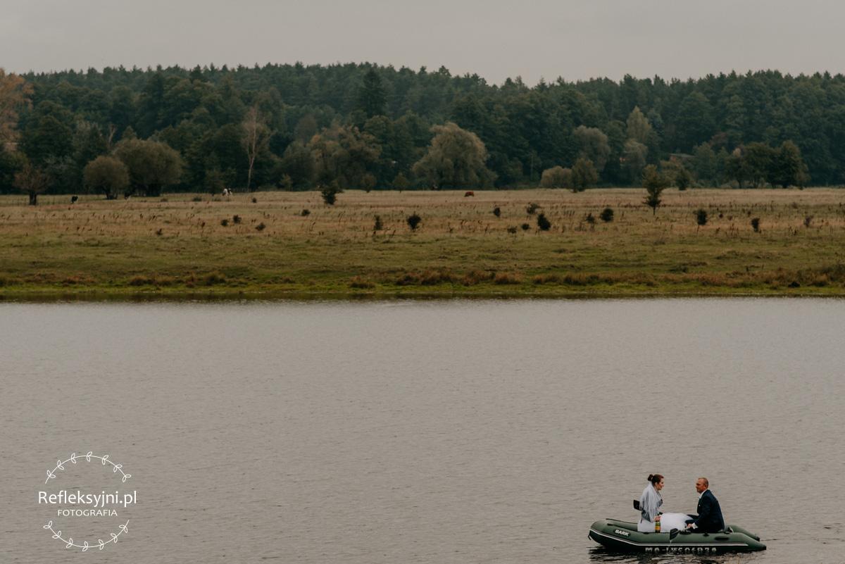 Sesja ślubna plenerowa rzeka szeroki kadr