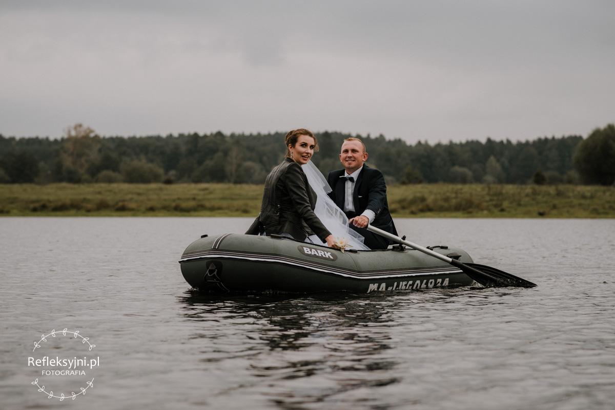Sesja ślubna plenerowa Sadowne na łódce