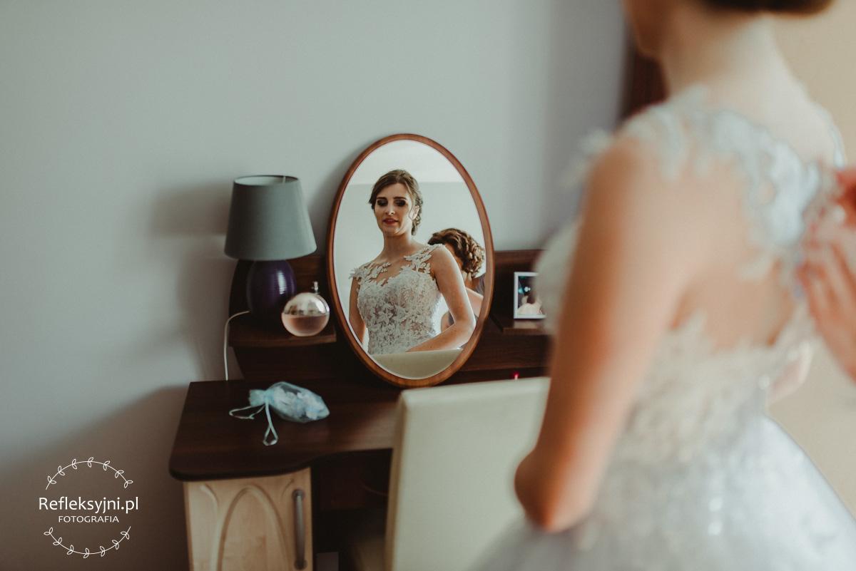 Pani Młoda zakłada suknię ślubną