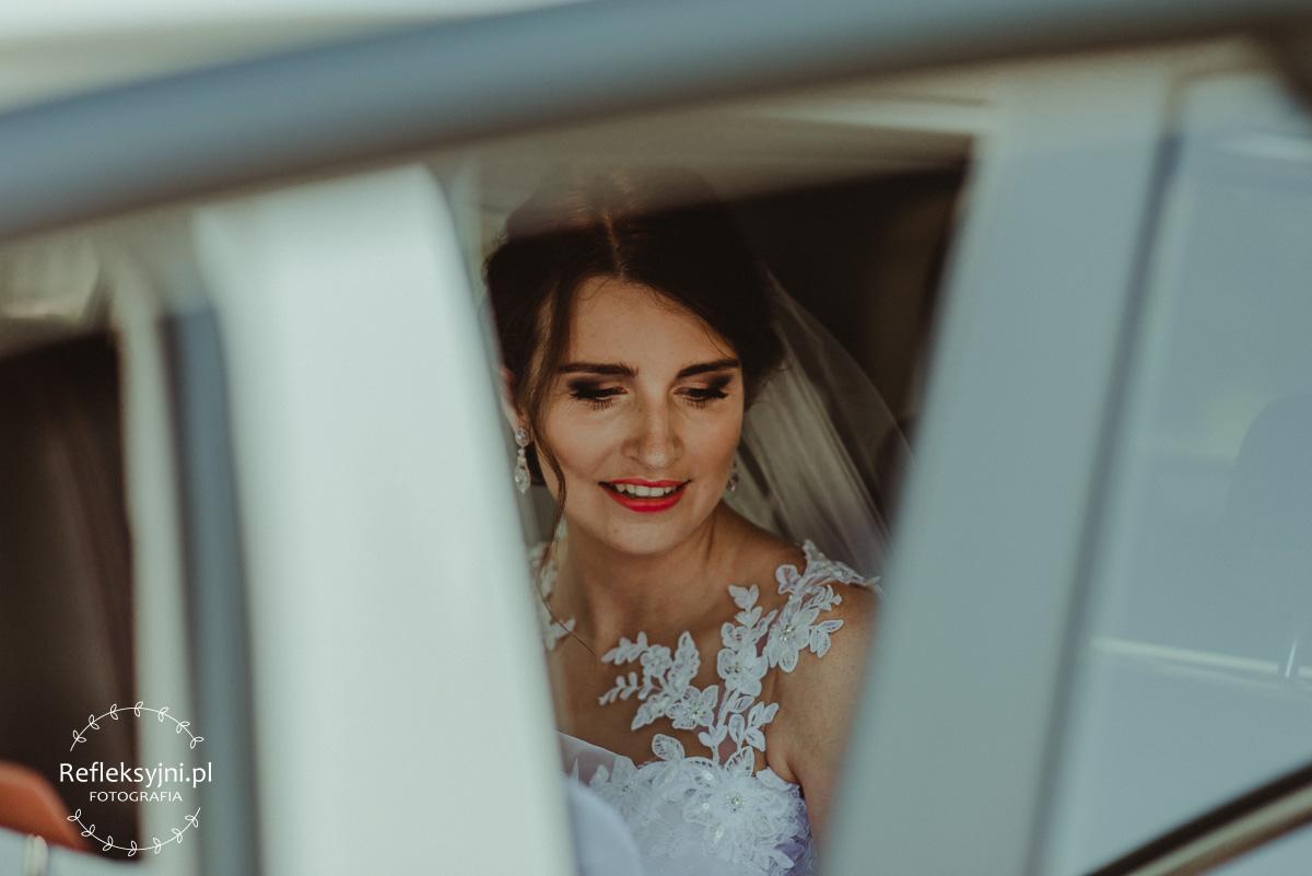 Pani Młoda w samochodzie ślubnym