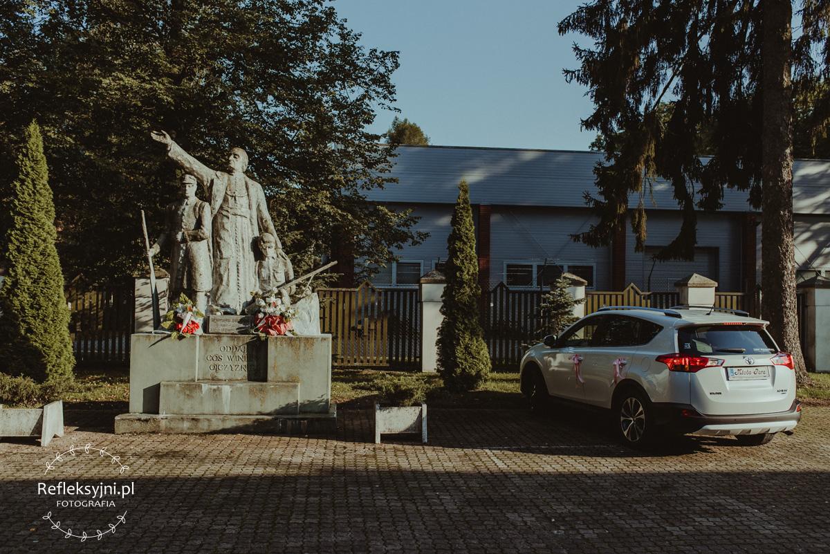 Pomnik przed Kościołem w Komorowie