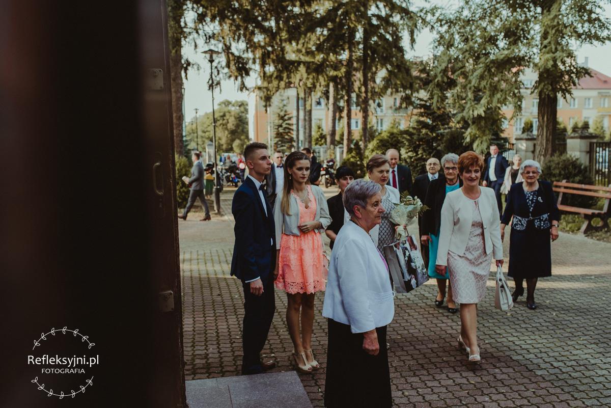 Goście weselni przed Kościołem