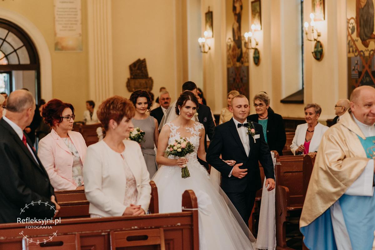 Państwo Młodzi wchodza do Kościoła