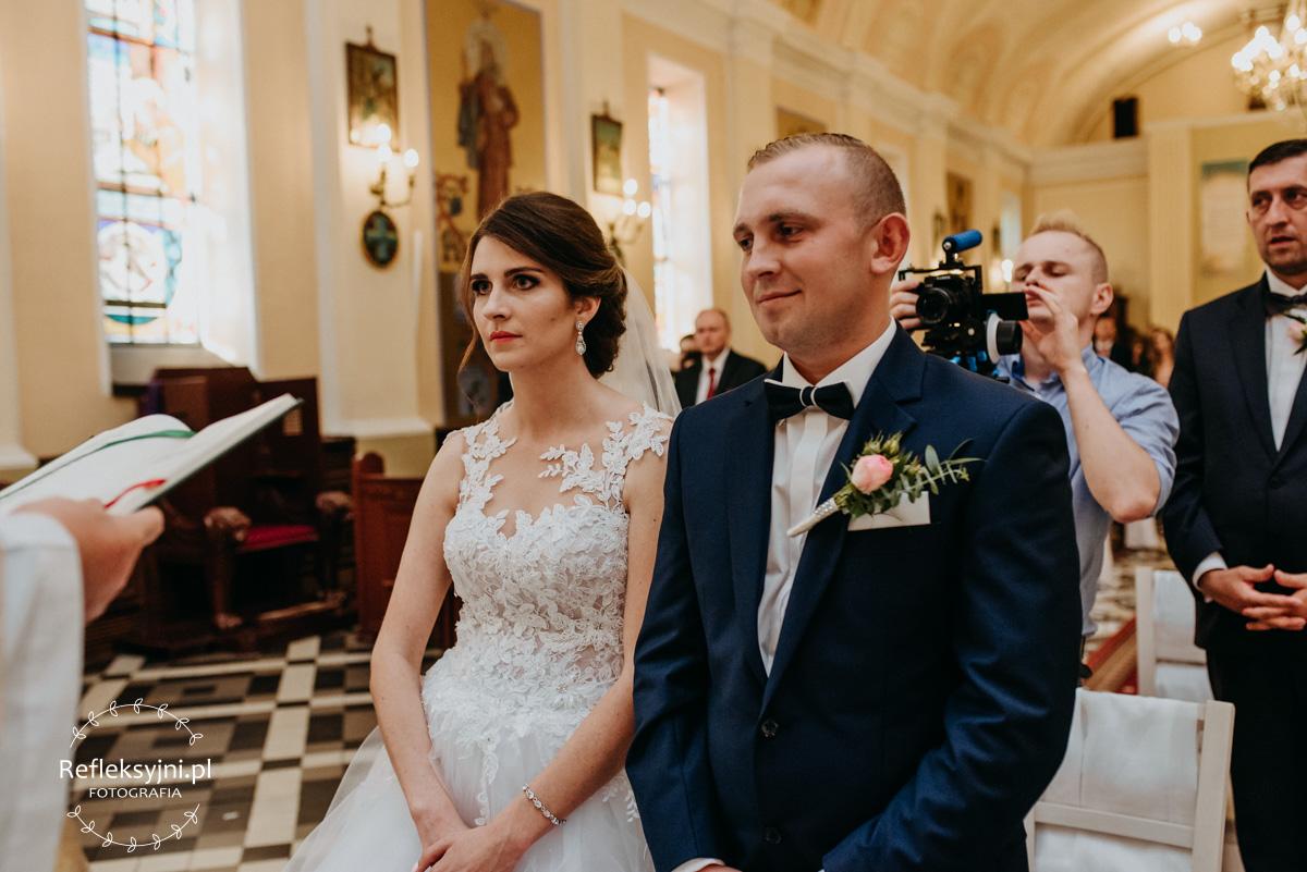 Państwo Młodzi podczas przysięgi ślubnej