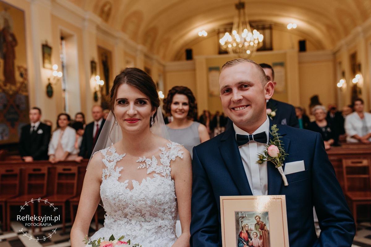 Państwo Młodzi z aktem ślubu