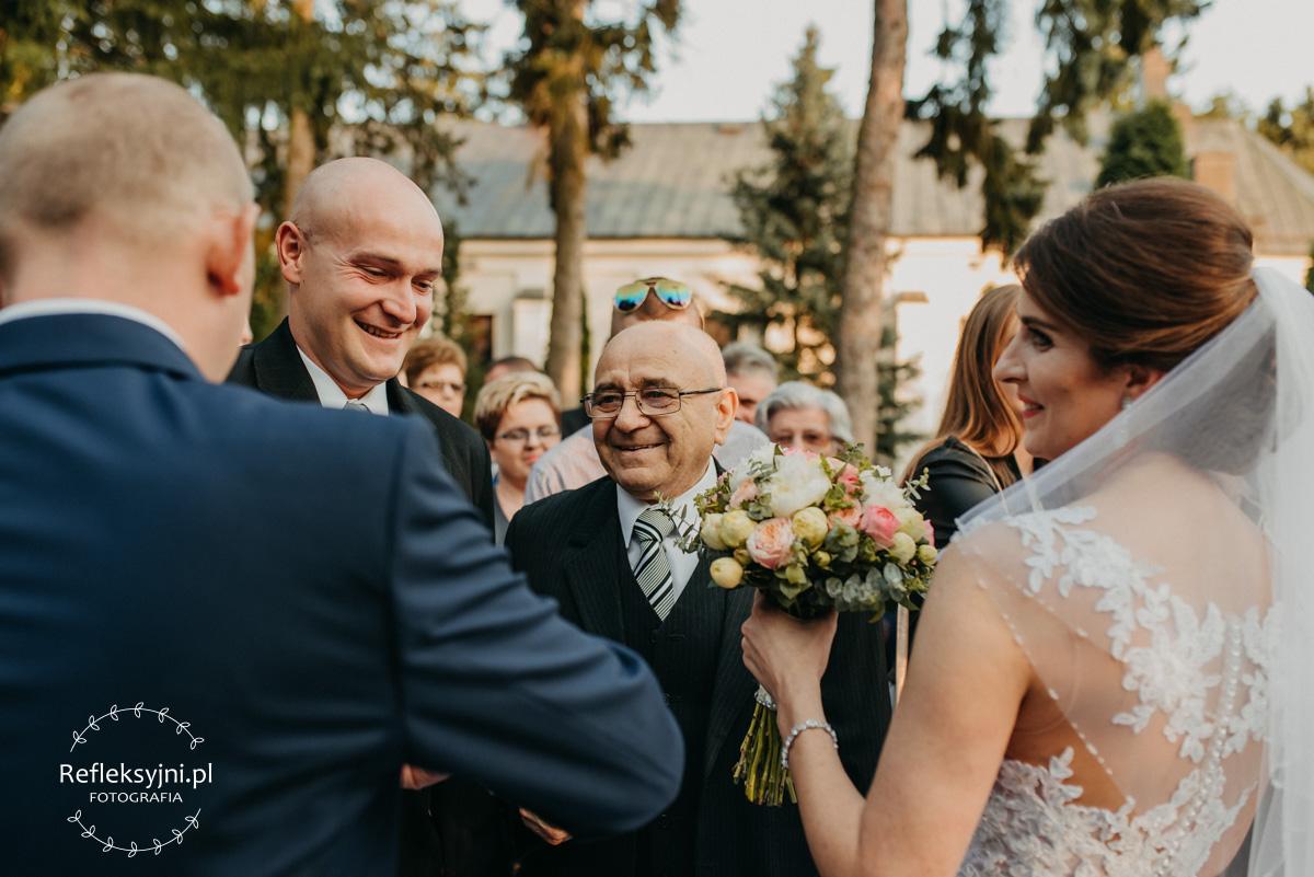 Dziadek składa życzenia pod Kościołem