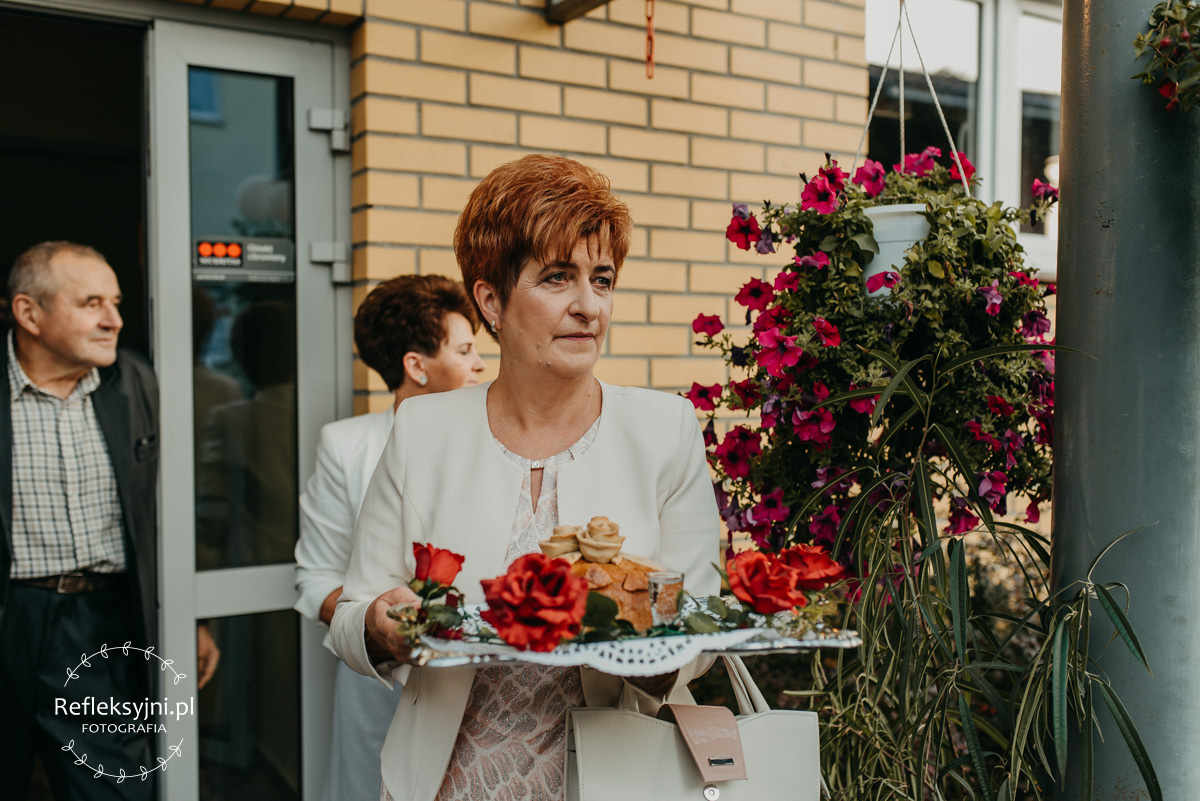 Mama z chlebem weselnym