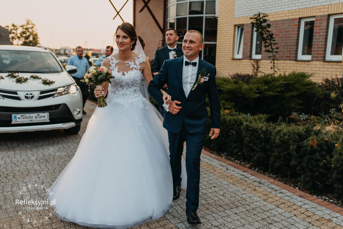 Państwo Młodzi przed salą weselną