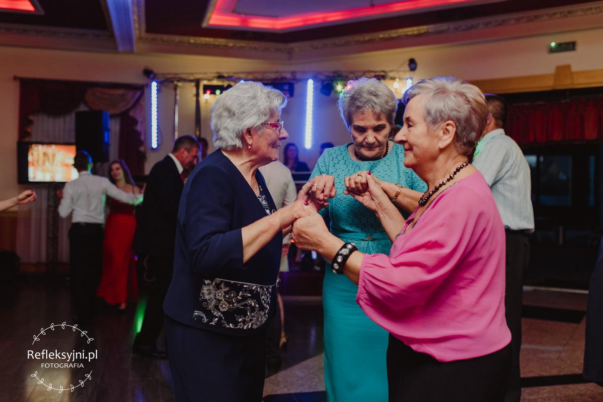 Trzy Panie tańczą podczas wesela