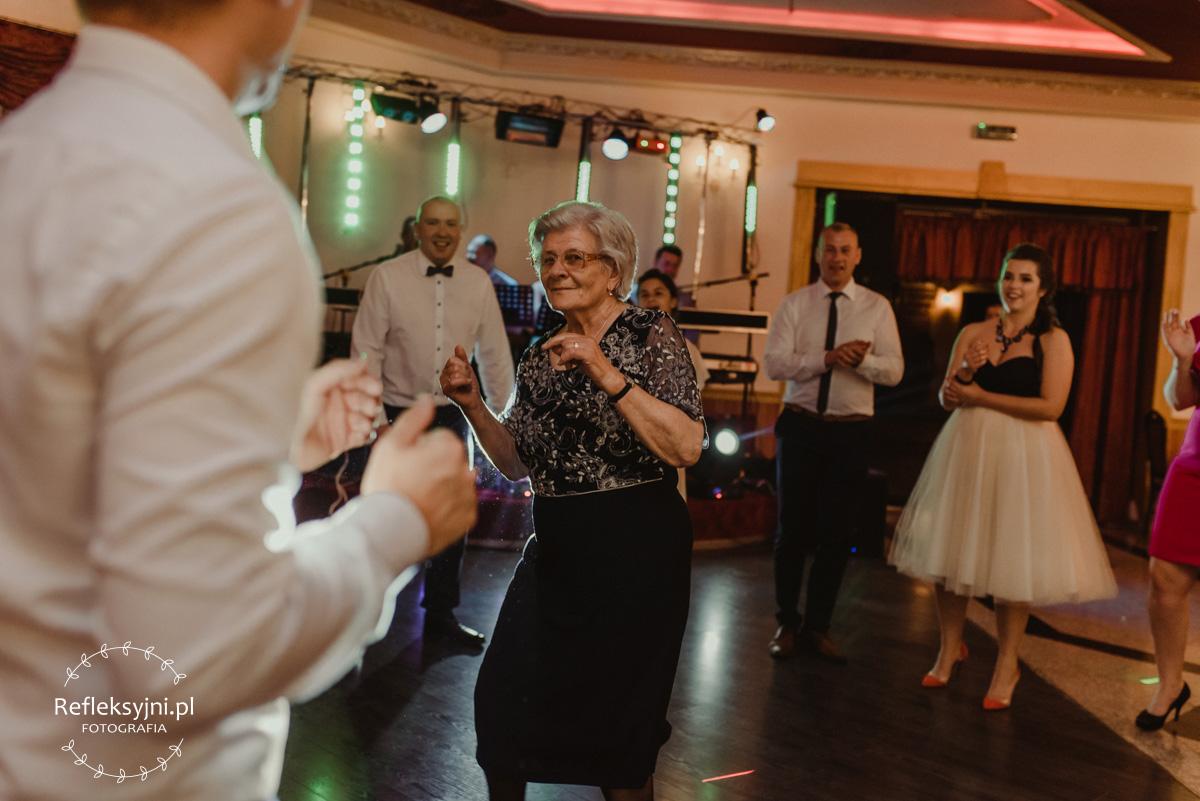 Babcia tańczy na weselu
