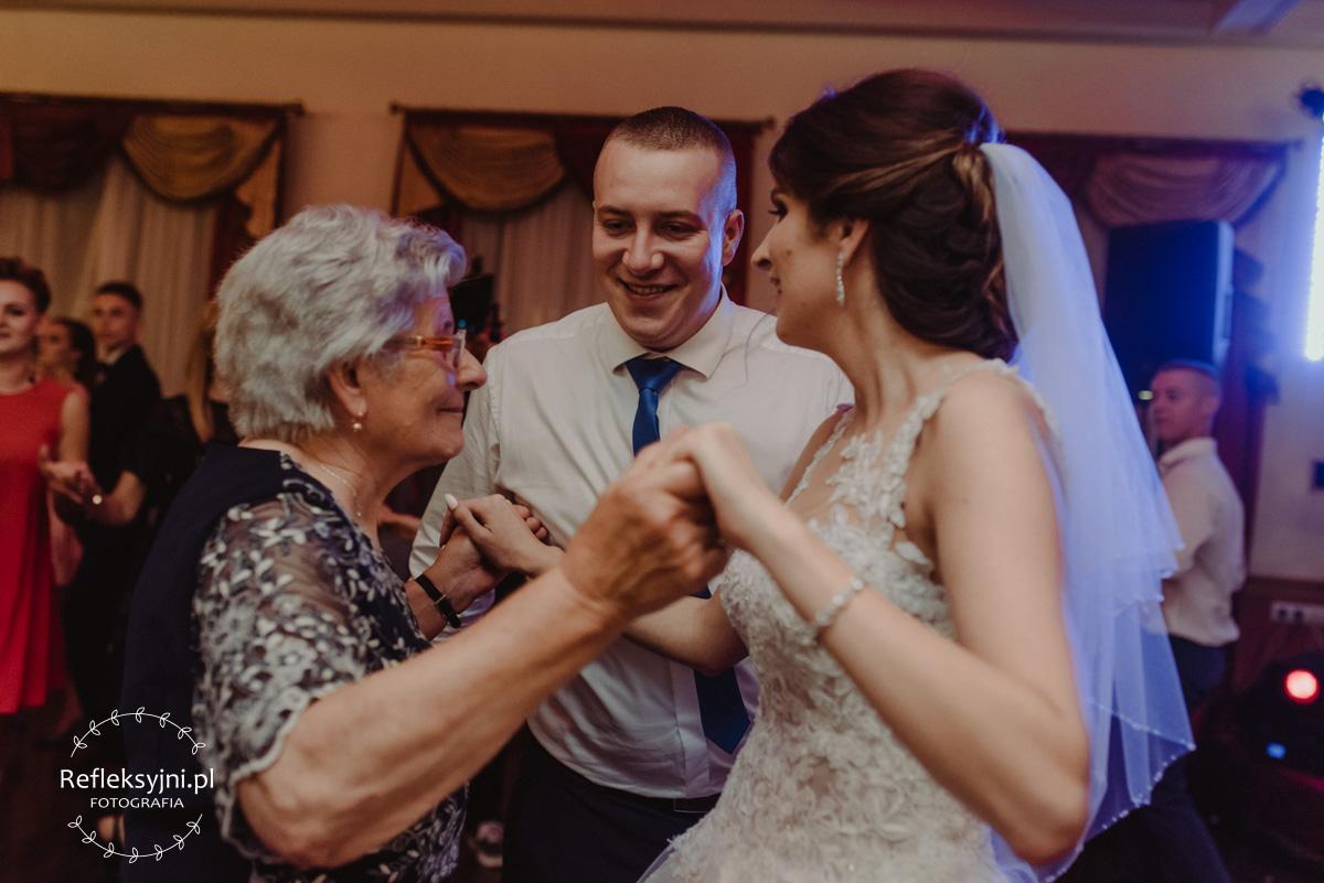 Pani Młoda tańczy z babcią