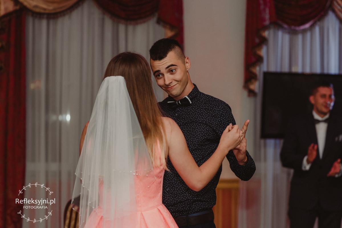Goście podczas zabawy weselnej
