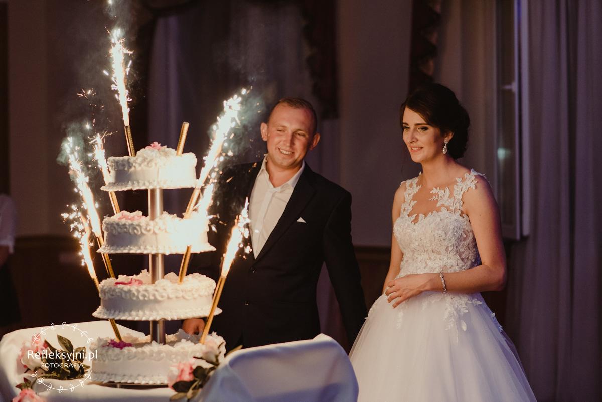 Państwo Młodzi i tort weselny