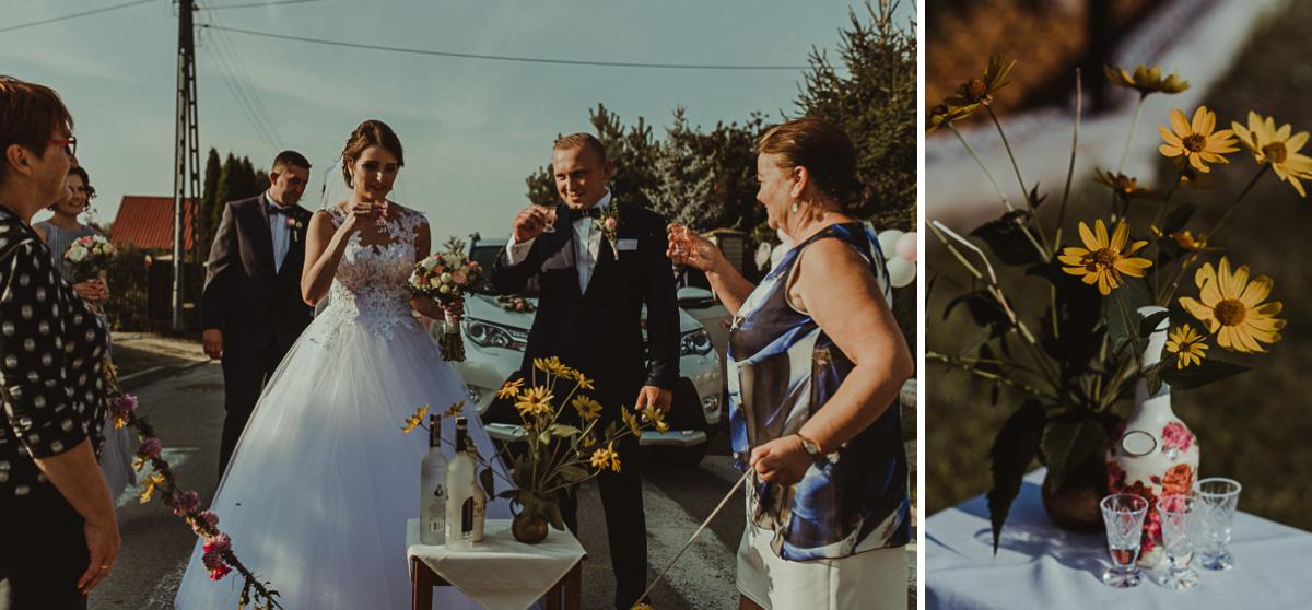 Państwo Młodzi przy bramie weselnej
