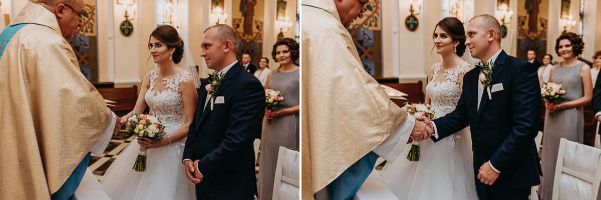 Państwo młodzi otrzymują akt ślubu