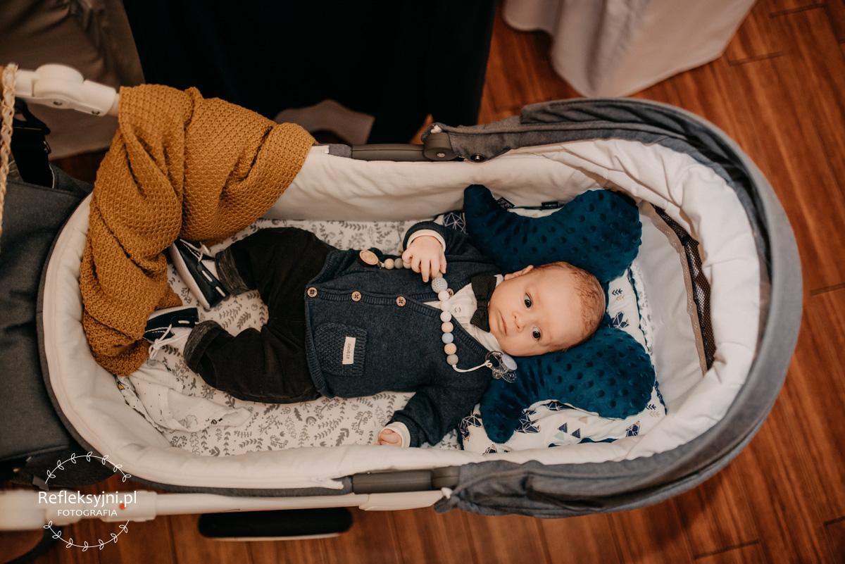 Dziecko leży w wózku