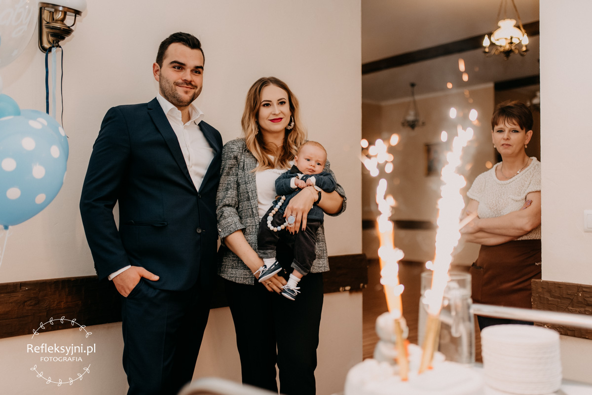 Rodzice i dziecko i tort na chrzest