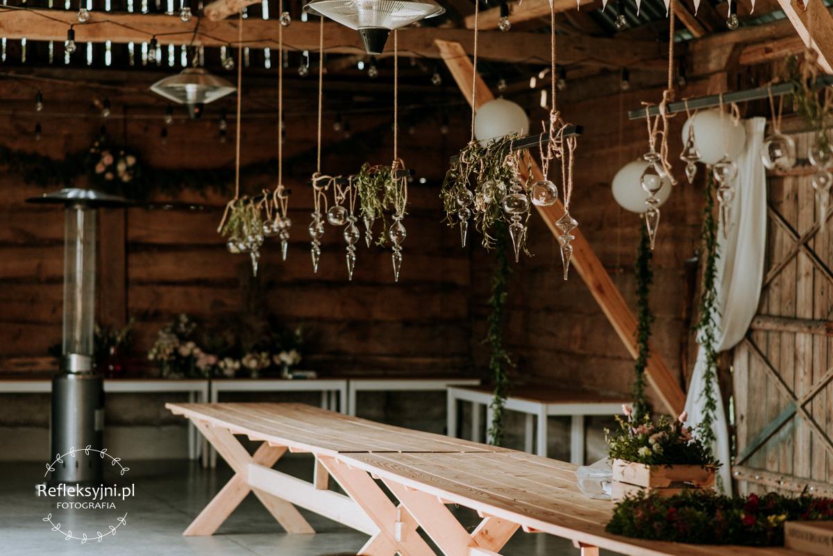 Drewniane dekoracje i stół Folwarku Ruchenka