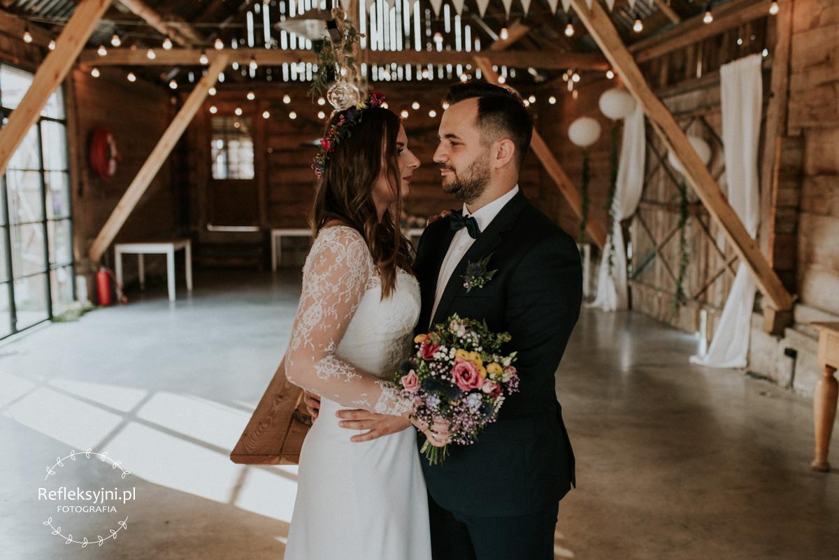 Państwo Młodzi w drewnianej stodole na wesela