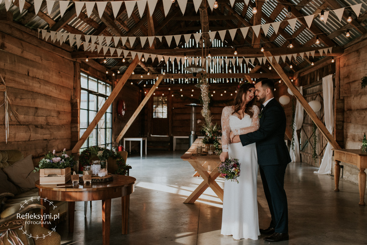Państwo Młodzi w stodole na wesela