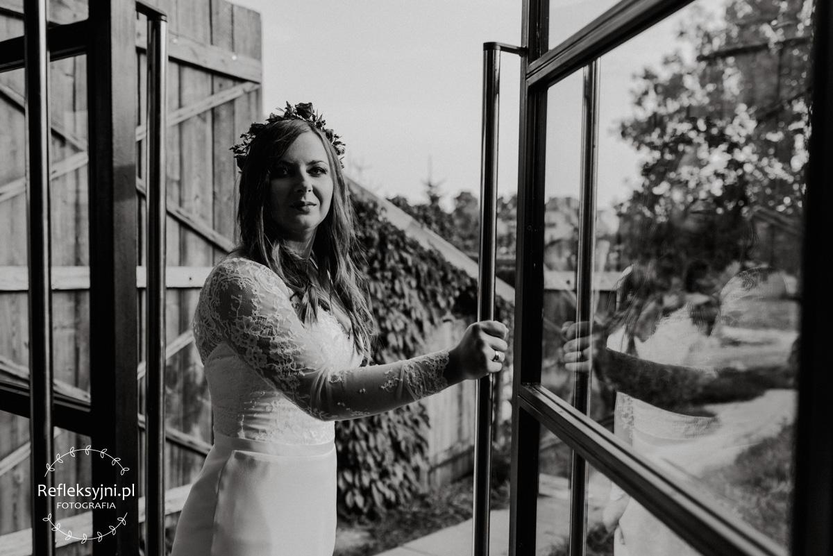 Pani Młoda otwiera szklane drzwi