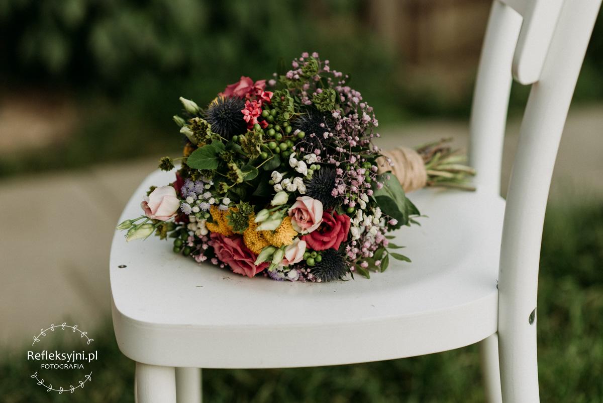 Bukiet ślubny na bialym krześle