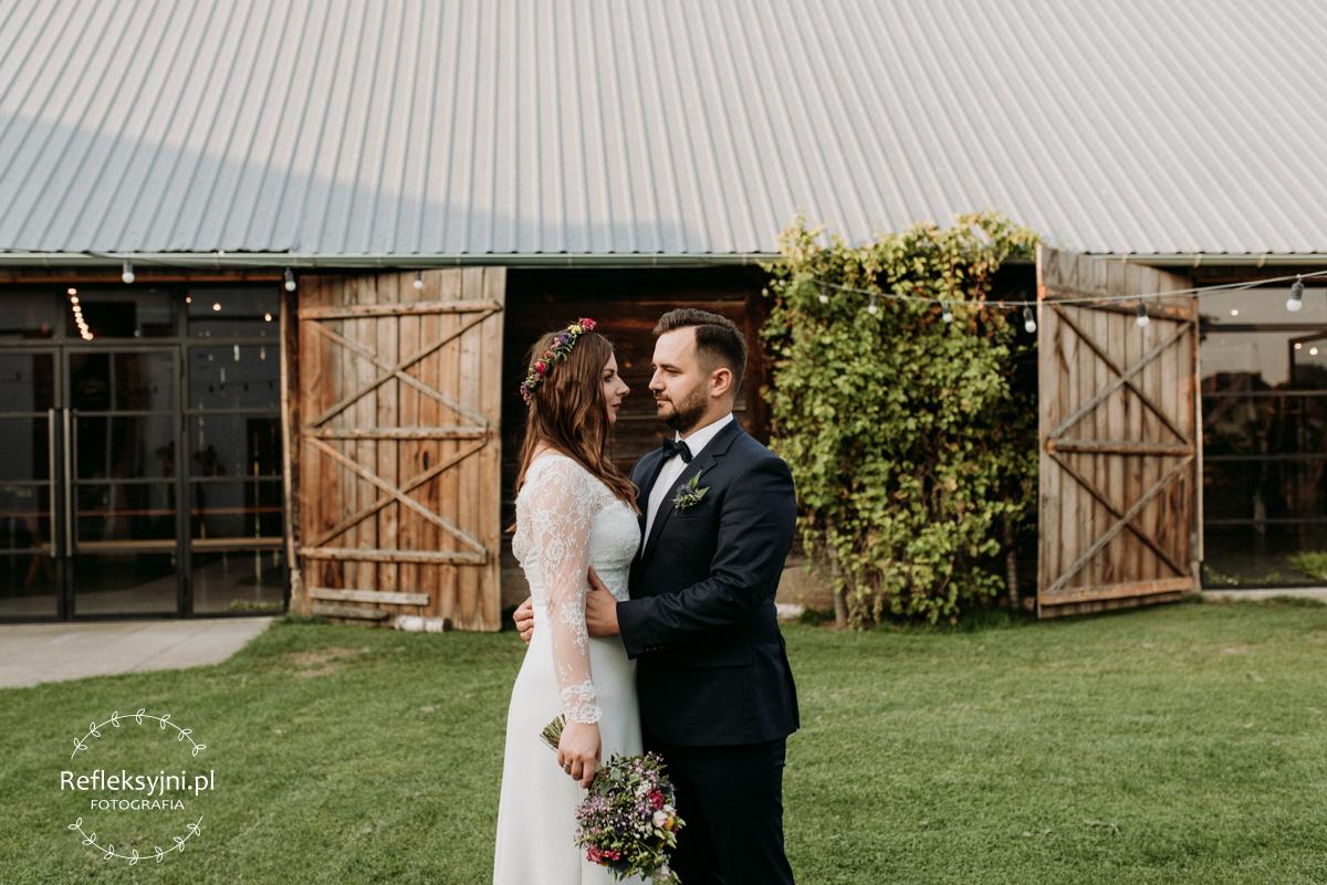 Państwo Młodzi i rustykalna stodoła na wesela