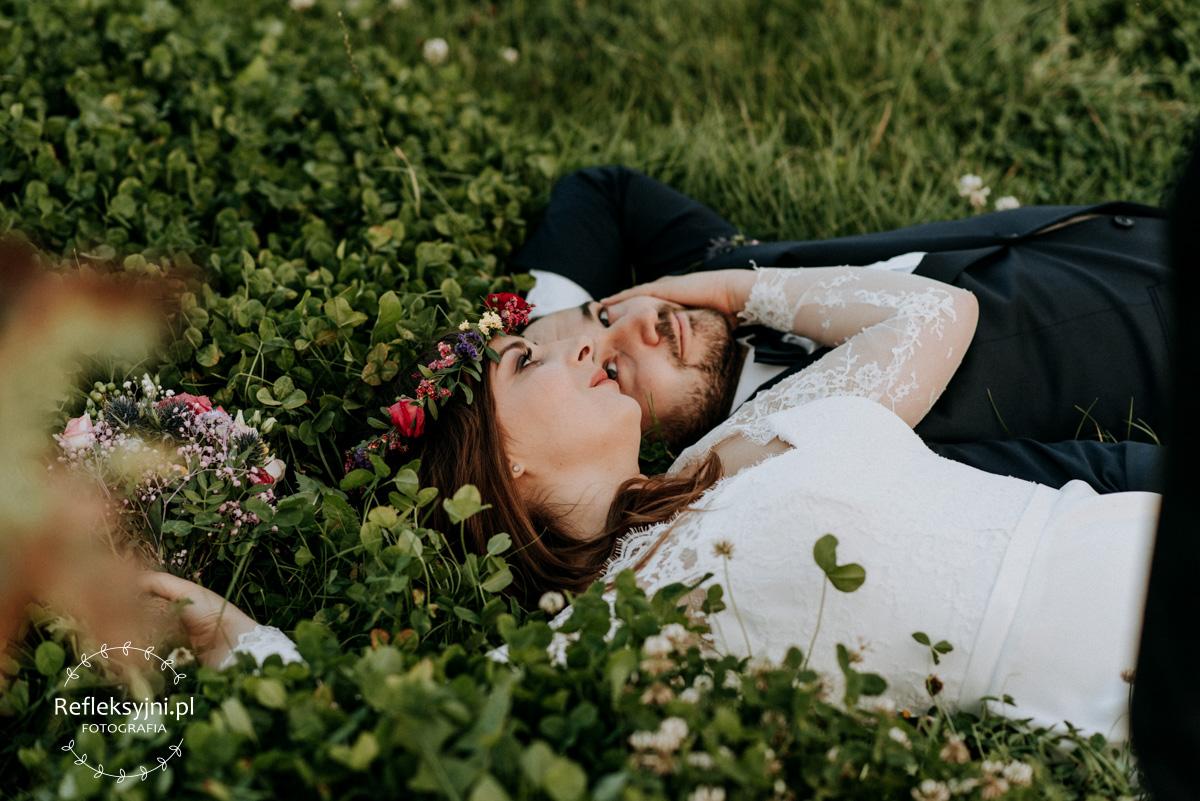 Państwo Młodzi leżą w kwiatach koniczyny