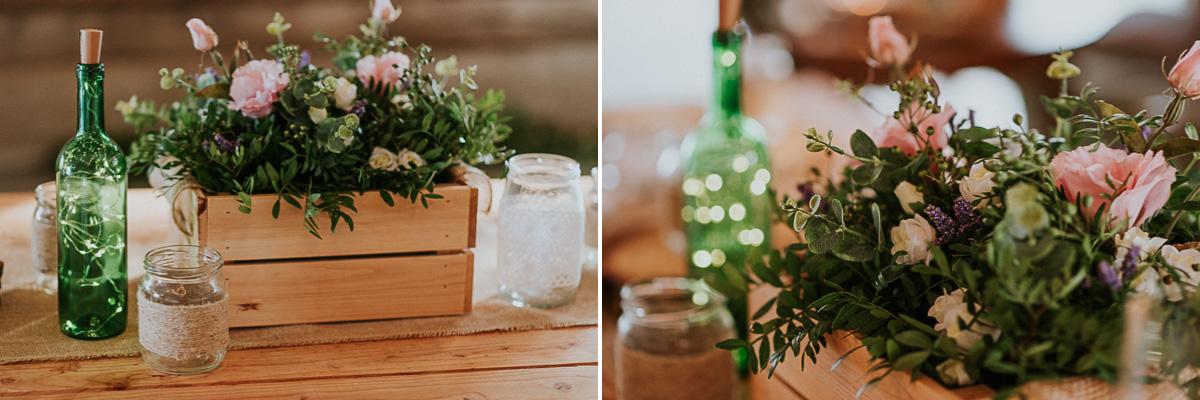 Rustykalne inspiracje ślubne kwiaty, słoik i butelka