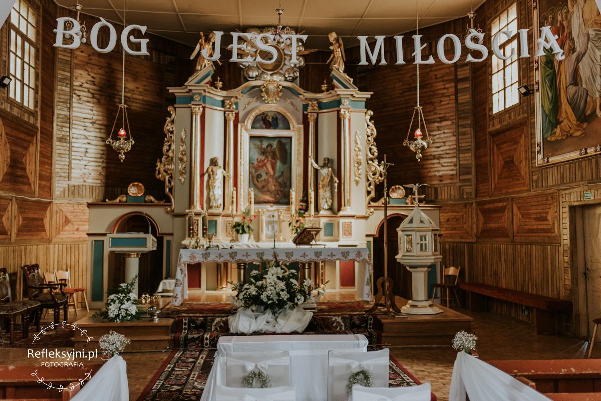Wnętrze Kościoła z napisem Bóg jest miłością
