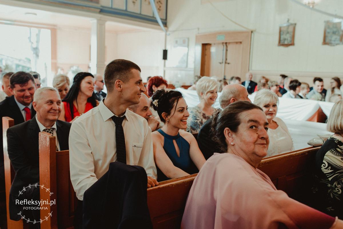 Śmiejący się goście podczas ślubu