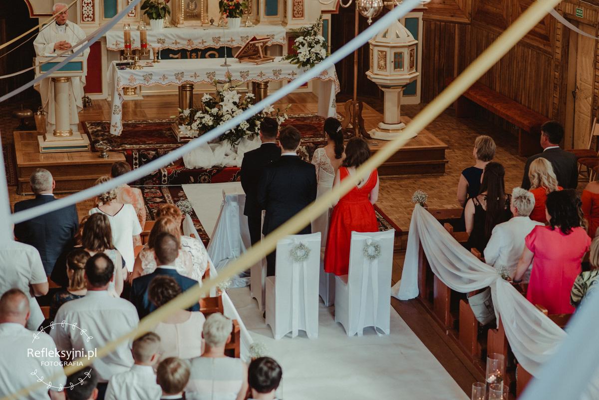 Państwo Młodzi stojący podczas Mszy Świętej