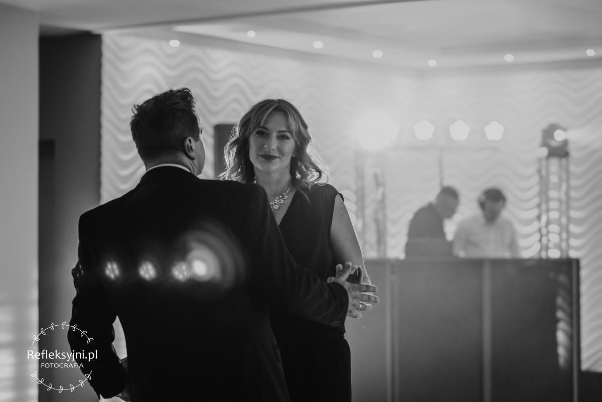Kobieta tańcząca z mężczyzną